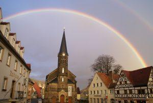 Kirche in Stadt Wehlen mit Regenbogen